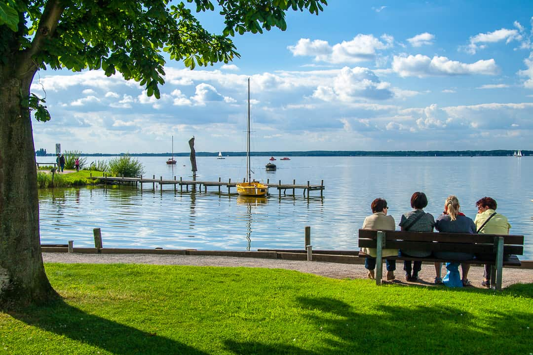 series outside landscape cityscape photo by taspho photography-women on a bench-german lake